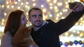 Les ajouter au chien de cutie faisant le selfie dehors affrontent de l'arbre de Noël énorme Bonne famille d'humeur clips vidéos