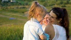 Les ajouter enceintes à la fille d'enfant en bas âge font soutenir le temps libre dehors la vue images stock
