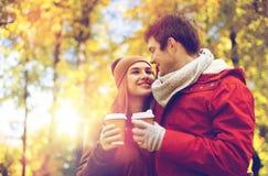 Les ajouter heureux au café marchant en automne se garent images stock