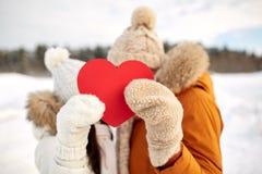 Les ajouter heureux au coeur rouge au-dessus de l'hiver aménagent en parc Photo libre de droits
