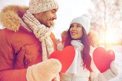 Les ajouter heureux aux coeurs rouges au-dessus de l'hiver aménagent en parc Photographie stock