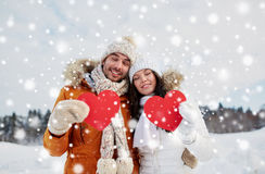 Les ajouter heureux aux coeurs rouges au-dessus de l'hiver aménagent en parc Images stock