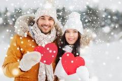 Les ajouter heureux aux coeurs rouges au-dessus de l'hiver aménagent en parc Images libres de droits