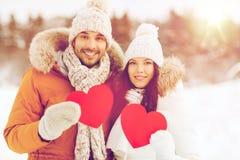 Les ajouter heureux aux coeurs rouges au-dessus de l'hiver aménagent en parc Photos stock