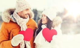 Les ajouter heureux aux coeurs rouges au-dessus de l'hiver aménagent en parc Photo stock