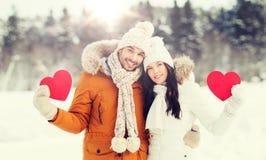 Les ajouter heureux aux coeurs rouges au-dessus de l'hiver aménagent en parc Photo libre de droits