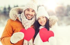 Les ajouter heureux aux coeurs rouges au-dessus de l'hiver aménagent en parc Image libre de droits