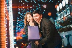 Les ajouter heureux aux paniers appréciant la nuit au fond de ville Photos stock