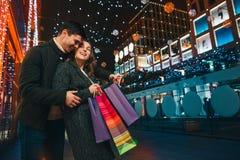 Les ajouter heureux aux paniers appréciant la nuit au fond de ville Image stock