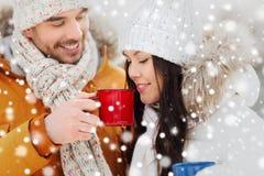 Les ajouter heureux aux tasses de thé au-dessus de l'hiver aménagent en parc Photographie stock