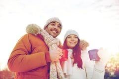 Les ajouter heureux aux tasses de thé au-dessus de l'hiver aménagent en parc Photos libres de droits