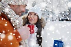 Les ajouter heureux aux tasses de thé au-dessus de l'hiver aménagent en parc Images libres de droits