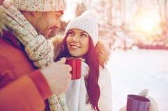Les ajouter heureux aux tasses de thé au-dessus de l'hiver aménagent en parc Photo stock