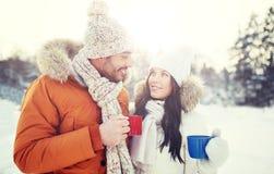 Les ajouter heureux aux tasses de thé au-dessus de l'hiver aménagent en parc Image stock
