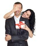 Les ajouter romantiques au cadeau de boîte, à la fin de femme ses yeux et font la surprise, habillée dans le costume noir, blanc  Images stock
