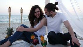 Les ajouter romantiques aux cocktails ont l'amusement dans le pavillon de plage par vacances exotiques, fruits tropicaux de fond, banque de vidéos