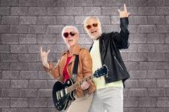 Les ajouter supérieurs à la guitare montrant la main de roche signent Photo libre de droits