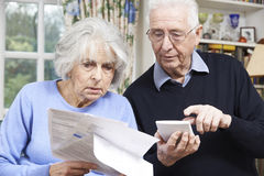 Les ajouter supérieurs à la maison aux factures se sont inquiétés des finances à la maison Images stock