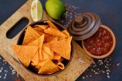 Les aliments de préparation rapide d'ordure mangeant des frites de tortilla de nacho sauce images libres de droits