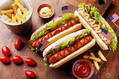 Les aliments de préparation rapide du hot-dog avec la saucisse et les fritures ont décoré la vue supérieure de drapeau des Etats- Photo libre de droits