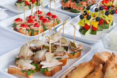 Les aliments de préparation rapide, les aliments sans valeur nutritive, la restauration et le concept malsain de consommation - f Photos libres de droits