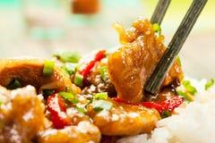 Les aloyaux sur la sauce aigre-doux ont servi avec du riz image libre de droits