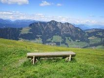 Les Alpes - banc avec une vue Images stock