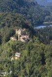 Les Alpes bavarois aménagent en parc, les forêts vertes et le Hohenschwangau Castl Photos stock