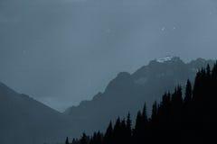 Les Alpes de montagne pendant la nuit Photo libre de droits