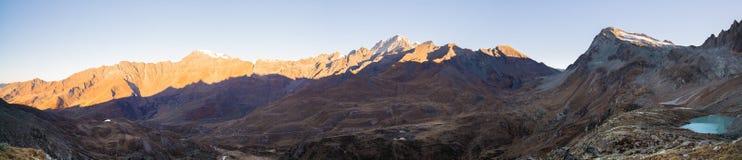 Les Alpes en Italie au coucher du soleil, destination célèbre de voyage dans l'été Ultra au loin vue panoramique Images libres de droits
