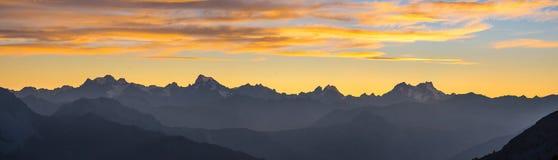 Les Alpes en Italie au coucher du soleil, destination célèbre de voyage dans l'été Ultra au loin vue panoramique Photographie stock libre de droits