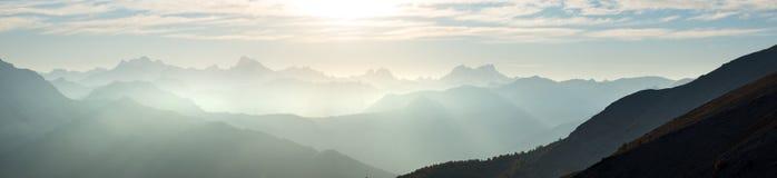 Les Alpes en Italie au coucher du soleil, destination célèbre de voyage dans l'été Ultra au loin vue panoramique Photos libres de droits