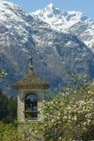 Les Alpes regardent par une tour de cloche Images stock