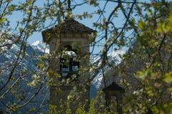 Les Alpes regardent par une tour de cloche Photos libres de droits