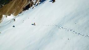 Les alpinistes montent la neige  Parmi les montagnes photo libre de droits