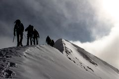 Les alpinistes sur une arête neigeuse de montagne en tournée alpine ont appelé Spaghetti Round dans les Alpes européens, Monte Ro photo stock