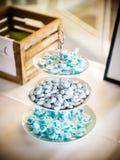 Les amandes bleues avec du sucre photographie stock libre de droits