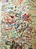Les amants écrivent des messages sur un mur près de la maison de Juliettephotographie stock libre de droits