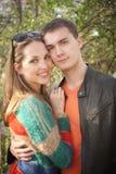 Les amants équipent et femme au printemps photo libre de droits