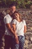 Les amants équipent et femme souriant et se sentant heureuse Photos libres de droits