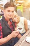 Les amants assez jeunes datent dans le cafétéria Photographie stock libre de droits