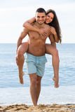 Les amants couplent au bord de mer Photo stock