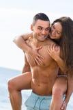 Les amants couplent au bord de mer Photo stock