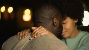 Les amants couplent poussant du nez, ville intime de nuit de date, désir sexuel, séduisant la fille clips vidéos