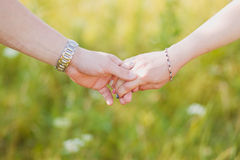 Les amants couplent tenir des mains Image libre de droits