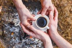 Les amants des hommes font le café sur le feu dans le Turc photos stock