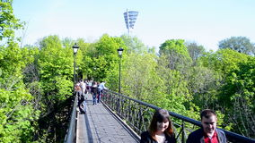 Les amants jettent un pont sur à Kiev, Ukraine, banque de vidéos