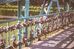 Les amants jettent un pont sur à Wroclaw Photo stock