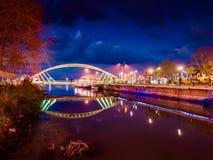 Les amants jettent un pont sur dans la soirée douce
