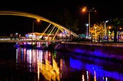 Les amants jettent un pont sur pendant la nuit Photographie stock libre de droits